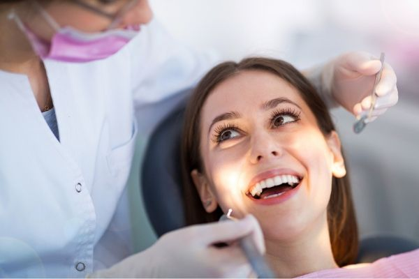 a dentist uses appointment reminders to make her patients lives easier and reminding them of 6 month cleaning visits